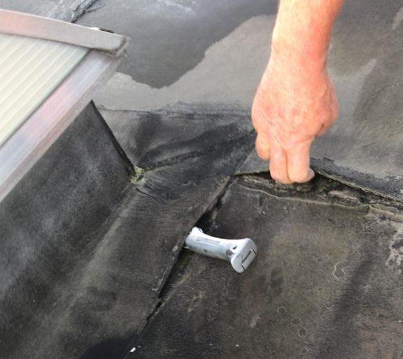 Scheuren bitumen plat dak