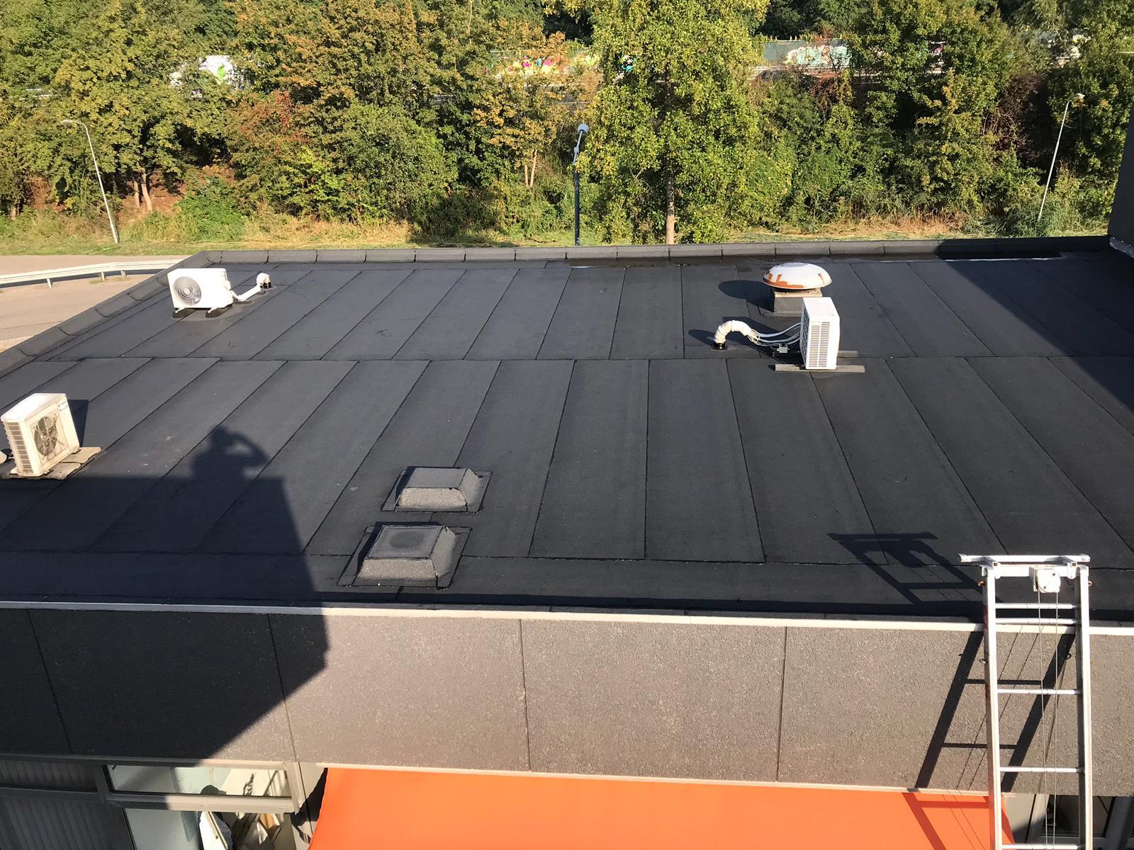 Bitumen dakbedekking op een dak geplaatst